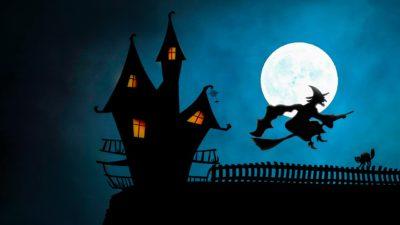 En häxa flyger framför en fullmåne och bredvid ett svart slott