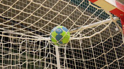 En handboll i nätmaskorna på handbollsmålet.