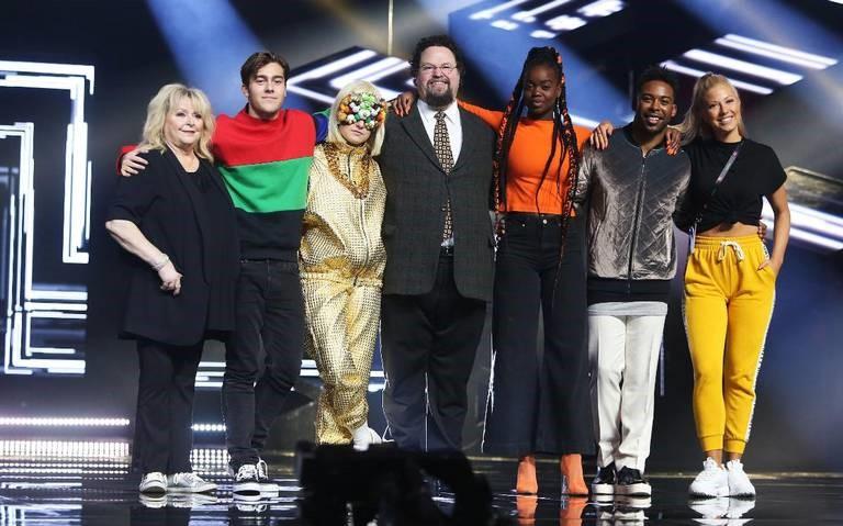 7 artister står på Melodifestivalens scen. Från vänster Kikki Danielsson, Benjamin Ingrosso, Kamferdrops, Edward Blom, Renaida, John Lundvik och Sigrid Bernson
