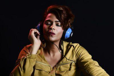 En tjej som lyssnar på musik i hörlurar