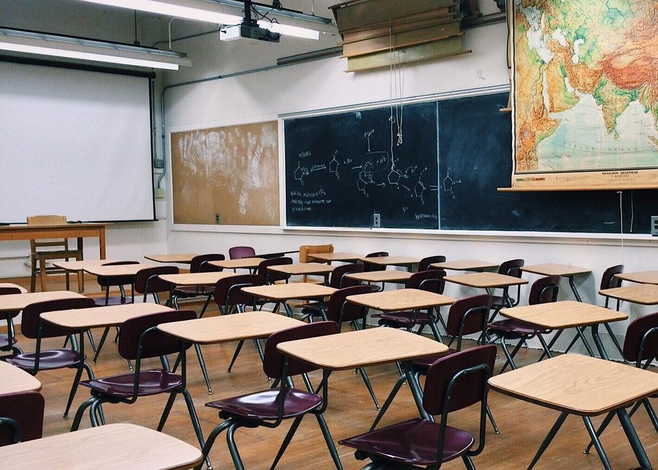 Skolbänkar i ett klassrum