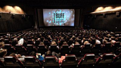En nästan fullsatt biografsalong. På bioduken står det BUFF internationell filmfestival.