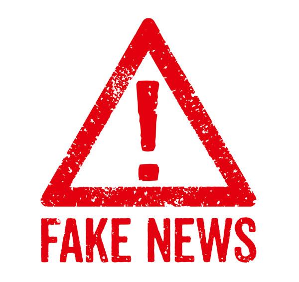 """En röd varningstriangel, under syns texten """"Fake News""""."""