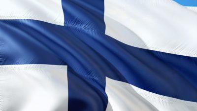 Finlands flagga blåser i vinden. Den är vit med ett blått kors.