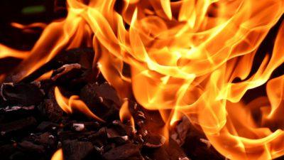 Eld som brinner över kol