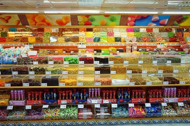 En vägg med lådor fyllda med lösgodis i olika färger.