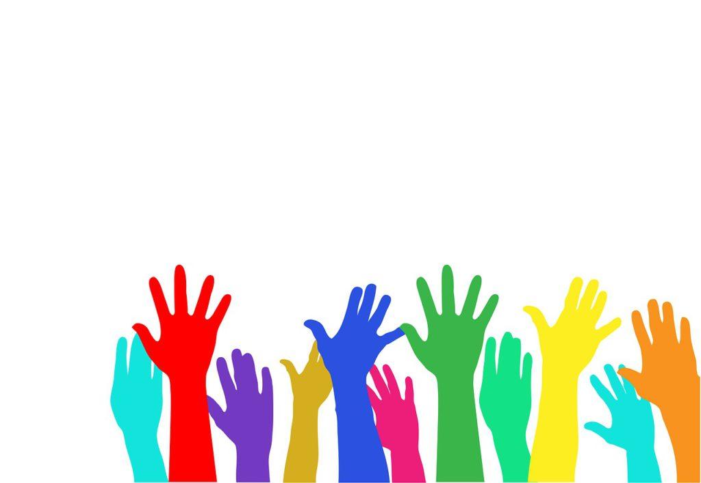 Flera tecknade händer sträcker sig upp i luften. Händerna har olika färger.
