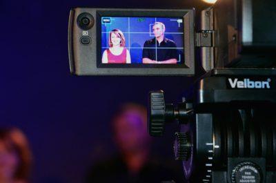En kamera som filmar en kvinna och en man