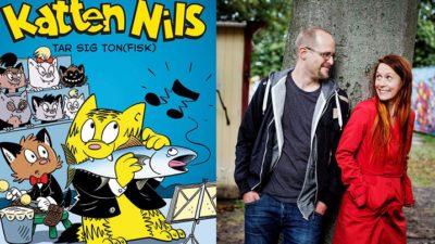 Två bilder bredvid varandra. Den första föreställer bokens omslag som är tecknat, med en gul katt som äter en fisk. Till höger är det ett foto av författarna. De står båda två med ryggen mot ett träd och tittar på varandra. Johanna har långt rött hår och rödkappa. Joakim har en grå hoodie, snaggat hår och glasögon.