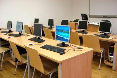 Ett klassrum med datorer