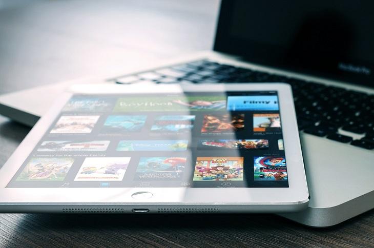 En läsplatta med vita kanter ligger på en dator.