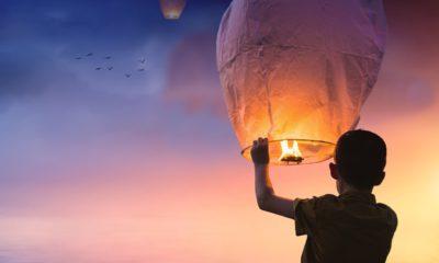 Ett barn som håller i en ljuslykta.