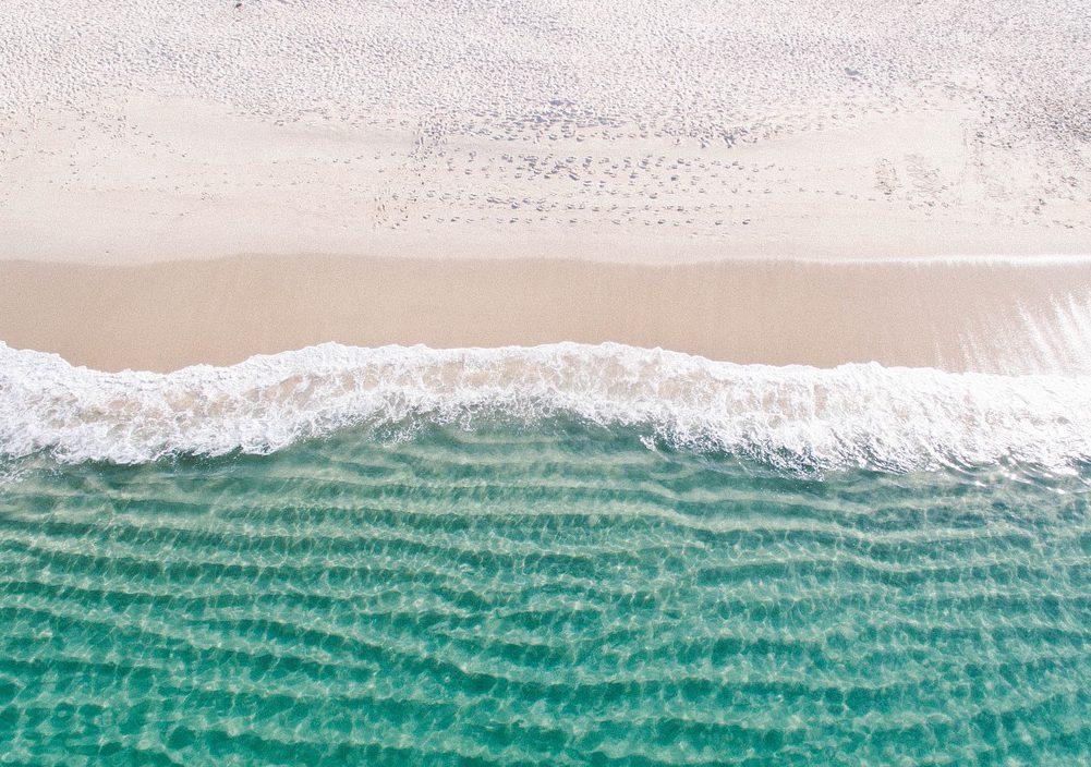 Vågor som slår mot en sandstrand
