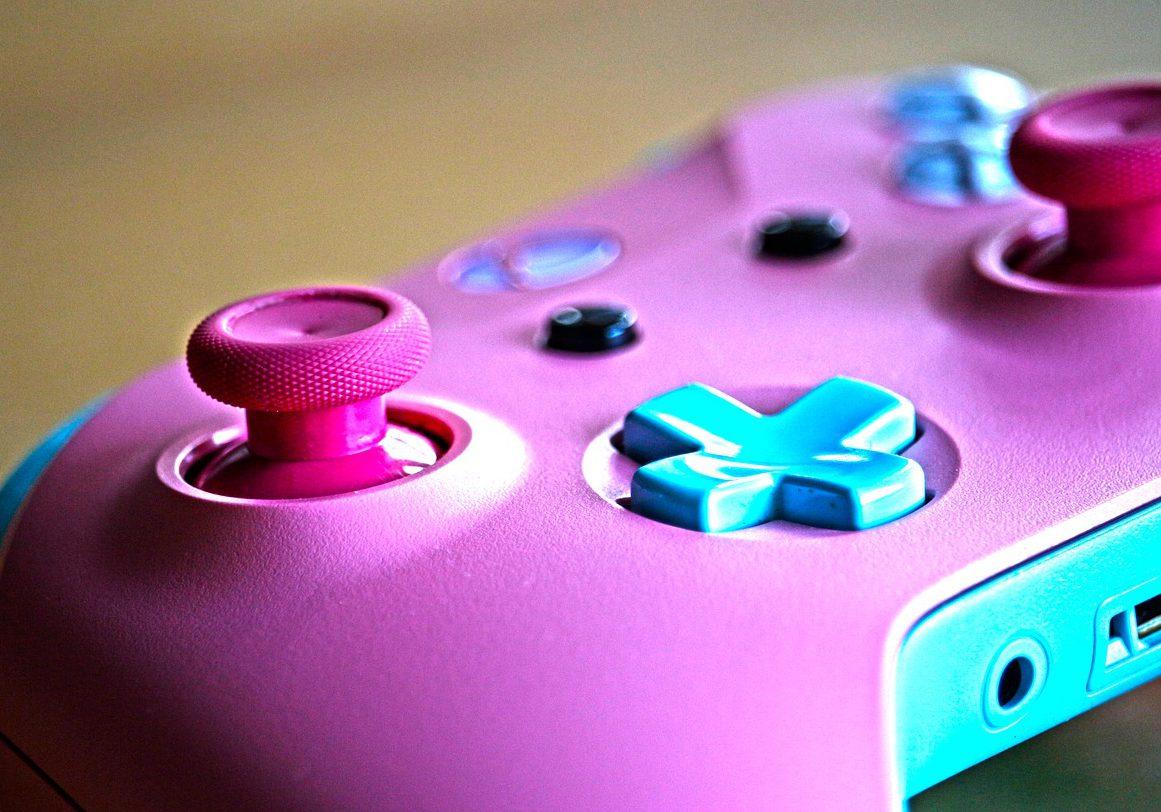 En rosa spelkontroll.