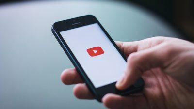 En smartphone med en playknapp på skärmen.