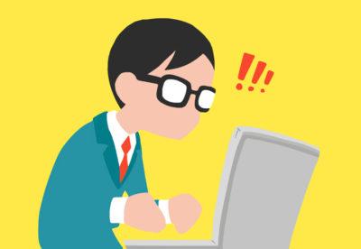Illustration av en figur med glasögon och kostym som sitter vid en laptop.