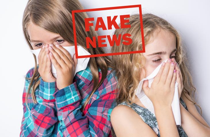 """Två flickor som snyter sig och texten """"Fake News"""" skriven med röda bokstäver."""