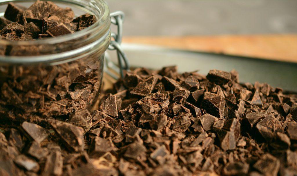Krossad choklad i en burk och utspritt på ett fat