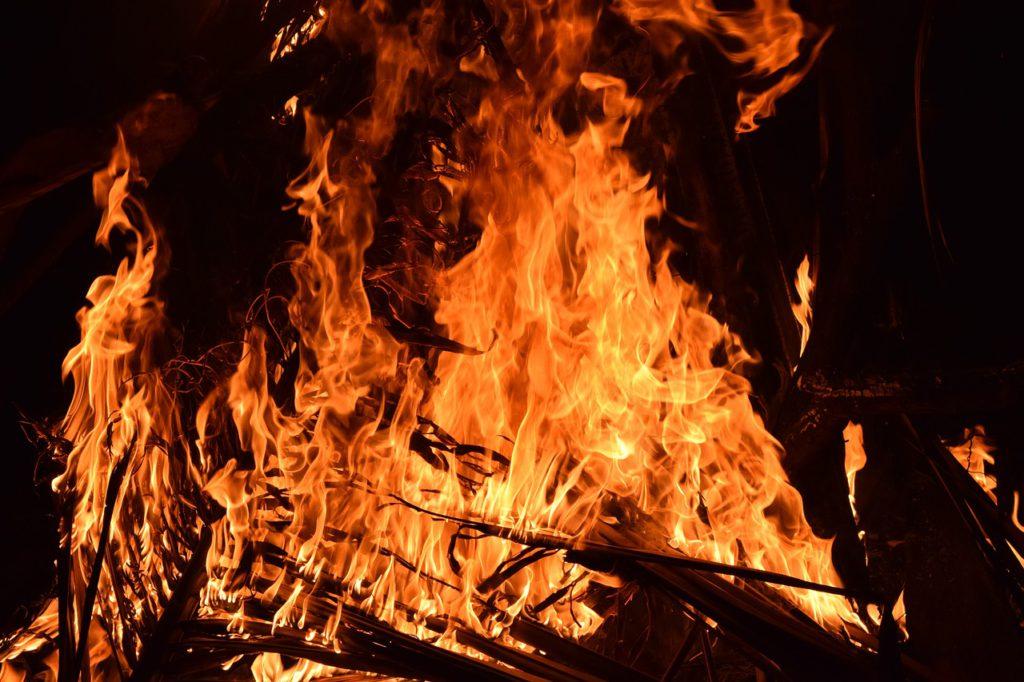 Eld som slukar lite pinnar.