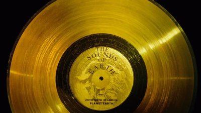 """En gudlig skiva. Innerst är det en ring och innanför ringen står det """"The sounds of earth""""."""