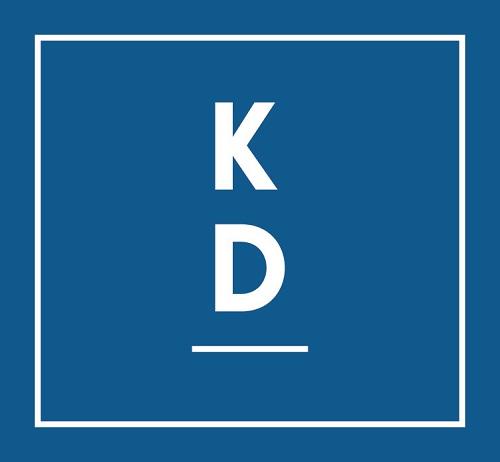 Kristdemokraternas logga. Det är en blå fyrkant, med en tunn vit linje en bit in. I mitten av bilden står ett K ovanpå ett D. Under d:et är det ett streck.