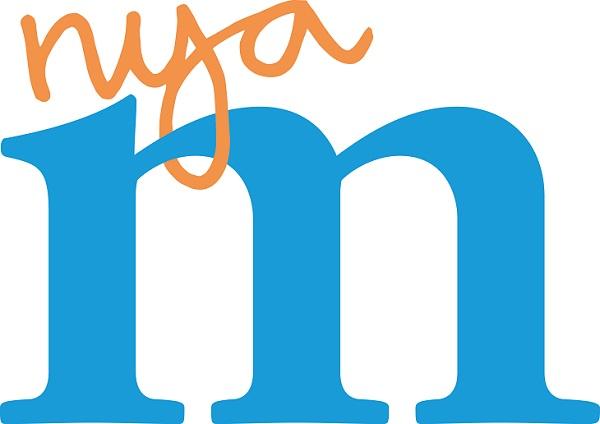 """Ett litet blått """"m"""" tar upp nästan hela bilden. Runt m:ts ena båge är några snirkliga bokstäver fästa. De orange bokstäverna säger """"nya""""."""