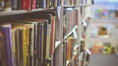 En bokhylla full av böcker i olika färger.