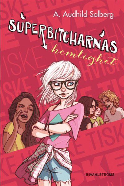 Bokens omslag är rött med text skrivet på olika håll. I mitten står en person med långt vitt hår, stora glasögon, korta jeansshorts och en skjorta knuten runt höfterna.