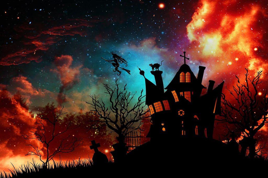 Ett hus syns som en siluett mot en färgsprakande himmel. Ur huste flyger en häxa på en kvast.