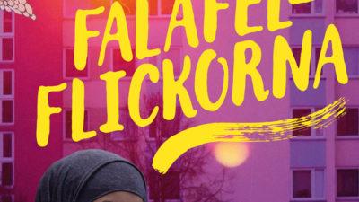 En bild på omslaget. På omslaget står titeln med stora bokstäver. I bakgrunden syns höghus och under titeln är en tjej som ler stort. Hon har slöja på sig.