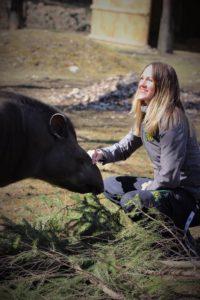 Marie de Colli sitter vid parkens tapir.