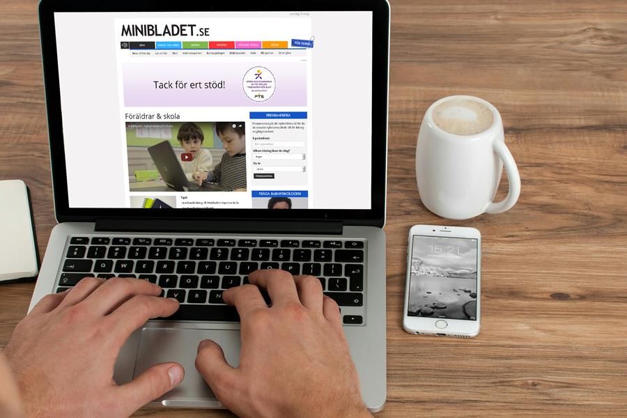 Två händer på ett tangentbord till en datorskärm med MiniBladets hemsida.