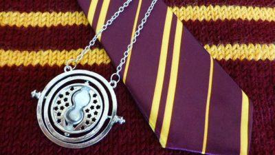 En stickad tröja, en slips och ett halsband från Harry Potter-filmerna.