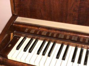 En närbild på pianotangenter.