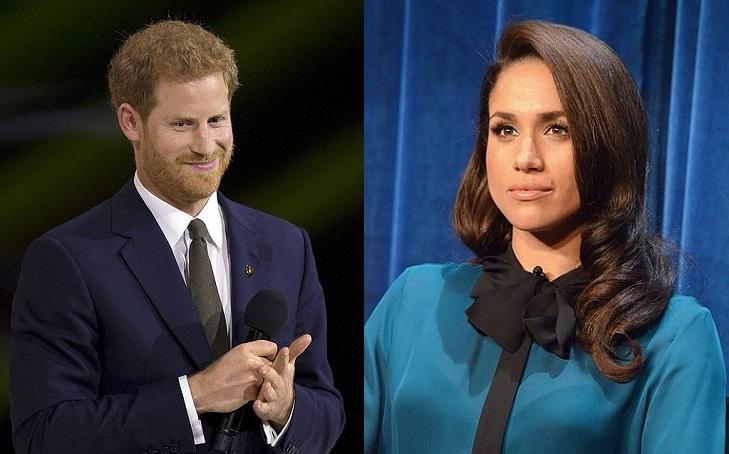En bild på Prins Harry och en på Meghan. Prins Harry har rött hår och rött skägg. Han har kavaj och slips på sig och småler. Meghan har axellångt hår med lockar längst ner. Hon har en blus med en knuten rosett i halsen. Hon har långa ögonfransar och är sminkad.