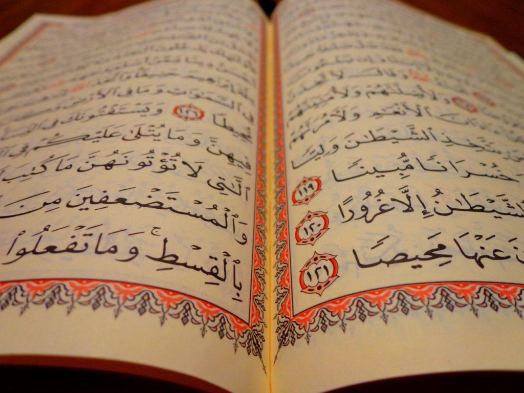 En koran som är uppslagen. På sidorna är det fullt arabisk skrift.