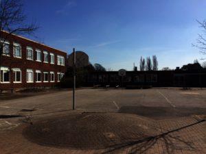 Bild på en tom skolgård.