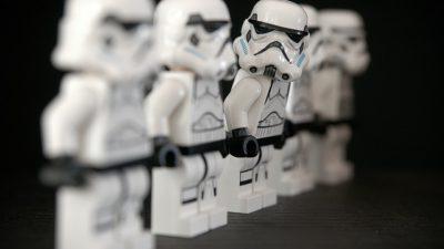 Fem stycken legofigurer som står på rad. Legofigurerna ska se ut som stormtrupper från Star wars i lego.