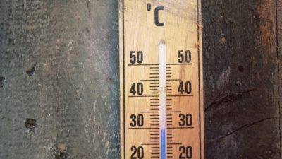 En termometer i trä visar 30 grader Celsius