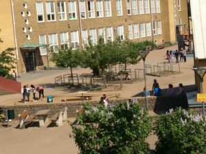 En skolgård med barn ute på rast.