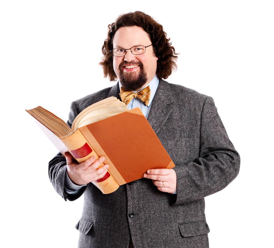 Edward håller i en uppslagen bok.