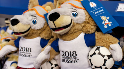Fifas varg maskot i en fotbollströja med en fotboll