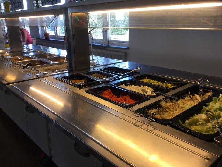 Bild på maten i en skolmatsal.