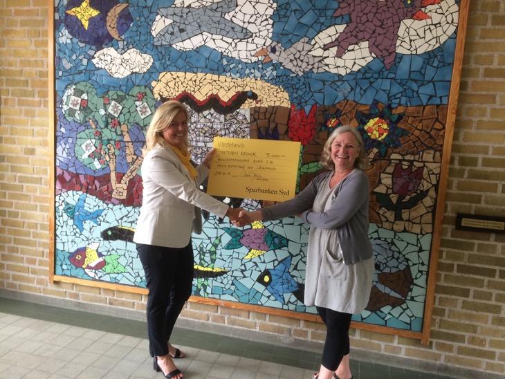 Gunilla Oldén tar emot Värdebevis på 3000 kronor till klassen från Monica Jönsson på Sparbanken Syd.