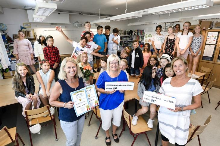 Bild på eleverna i fjärde klass på Fredricelundsskolan, Birgitta Muregård från NWT, klasslärare Kristina Mellring och bildlärare Maria Käck.