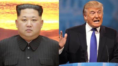 En bild på Kim och en på Trump. Kim har svarta kläder och tittar rakt fram med allvarlig min in i kameran. Han har kort svart hår som ligger bakåtkammat, små ögonbryn och dubbelhaka. Trump står i en talarstol och pratar. Han viftar med ena handen och har öppen mun. Han har kostym med slips och kort, tunt håår som han har kammat fram över huvudet.