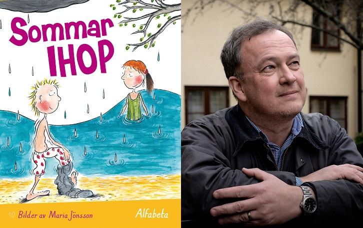 En bild på boken och en på författaren. På boken är en ritad bild på två barn. Ett badar i en sjö med baddräkt på sig. Det andra barnet står på stranden och håller på att ta av sig sina byxor. Han har kort hår som står taggigt upp. Författaren står utanför ett hus. Han har lagt armarna på något och tittar upp i himlen. Han har grått hår och rynkor i pannan. Han har en skjorta och en höstjacka.