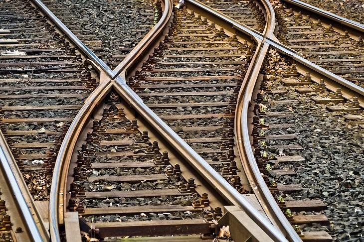 Bild på flera tågspår som går ihop.