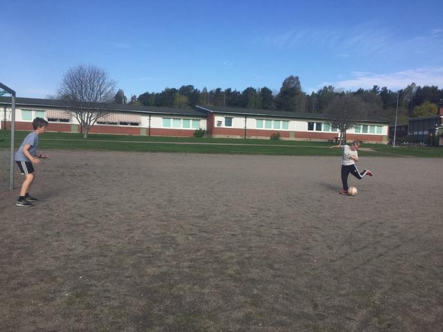 Barn övar på att skjuta fotboll