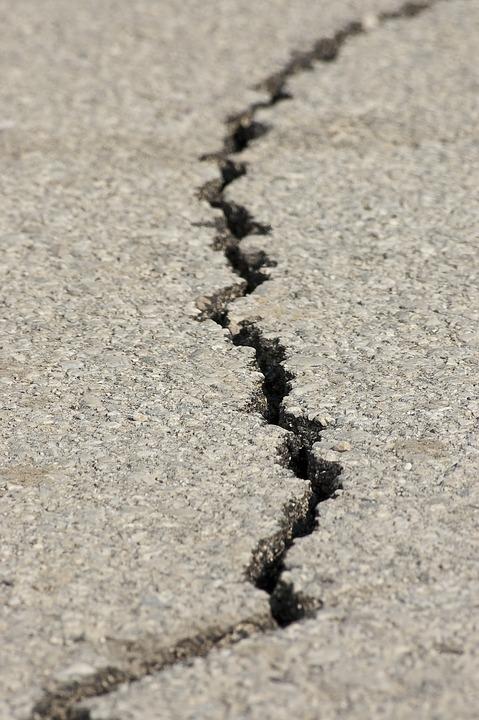En spricka i marken efter en jordbävning.